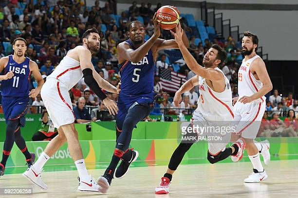TOPSHOT USA's guard Kevin Durant runs to the basket by Spain's point guard Ricky Rubio during a Men's semifinal basketball match between Spain and...