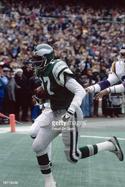 PHILADELPHIA PA CIRCA 1970's Harold Carmichael of the Philadelphia Eagles scores against the Minnesota Vikings in a circa 1970's NFL football game at...