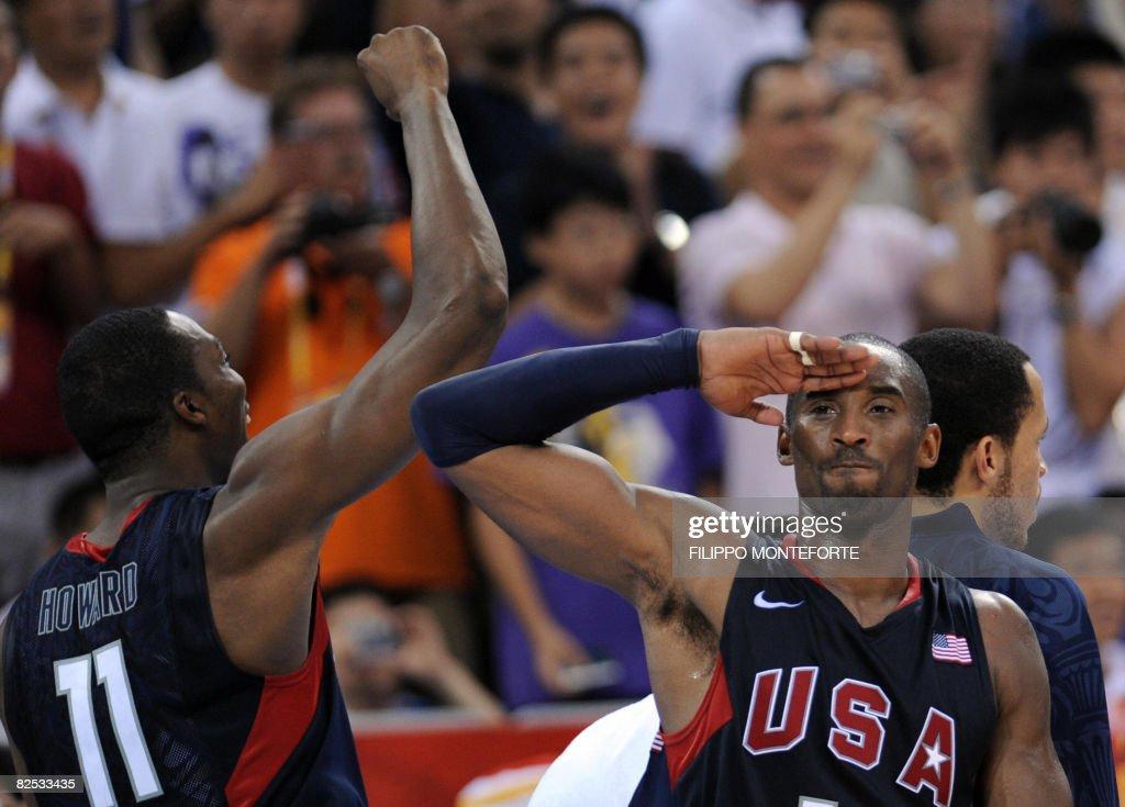 USA's Kobe Bryant (R) and USA's Dwight H : News Photo