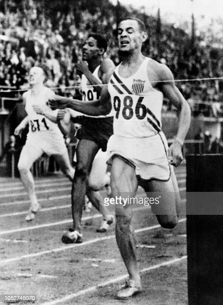 US's Mal Whitfield and Jamaica's Arthur Wint cross the finish line in the men's 800m on July 23 1952 during the Summer Olympic Games in Helsinki /...