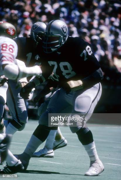 SAN FRANCISCO CA CIRCA 1970's Offensive tackle Art Shell of the Oakland Raiders in action backs up to blocks defensive end Cedrick Hardman of the San...