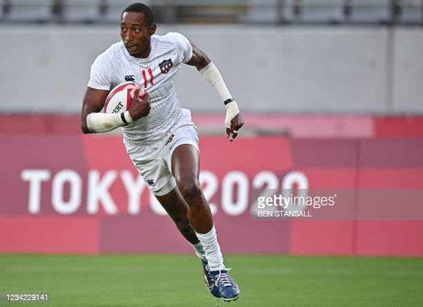 S Perry Baker runs to score a try in the men's quarter-final rugby sevens match between Britain and the US during the Tokyo 2020 Olympic Games at the...