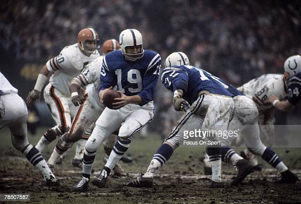 BALTIMORE MD CIRCA 1960's Quarterback Johnny Unitas of the Baltimore Colts turns to hand the ball off against the Cleveland Browns during an late...
