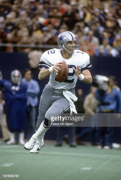 RUTHERFORD NJ CIRCA 1970's Quarterback Roger Staubach of Dallas Cowboys drops back to pass against the New York Giants circa mid 1970's during an NFL...