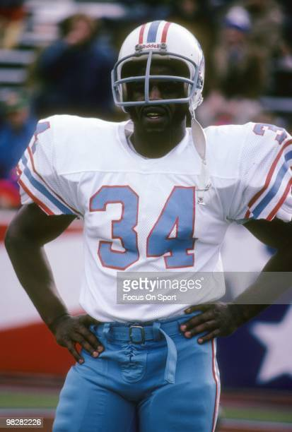 S: Running back Earl Cambell of the Houston Oilers on the field during pre-game warm-up before a late circa 1970's NFL game against the New England...