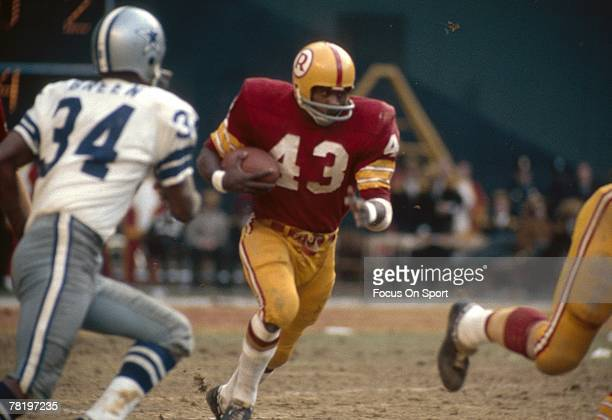 WASHINGTON DC CIRCA 1970's Running back Larry Brown of the Washington Redskins carries the ball against the Dallas Cowboys during a circa 1970's NFL...