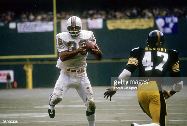 PITTSBURGH PA CIRCA 1970's Running back Larry Csonka of the Miami Dolphins catches a pass in front of defensive back Mel Blount of the Pittsburgh...