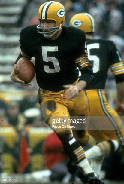 BAY WISCONSIN CIRCA 1960's running back Paul Hornung of the Green Bay Packers carries the ball against the Cleveland Browns circa early 1960's during...
