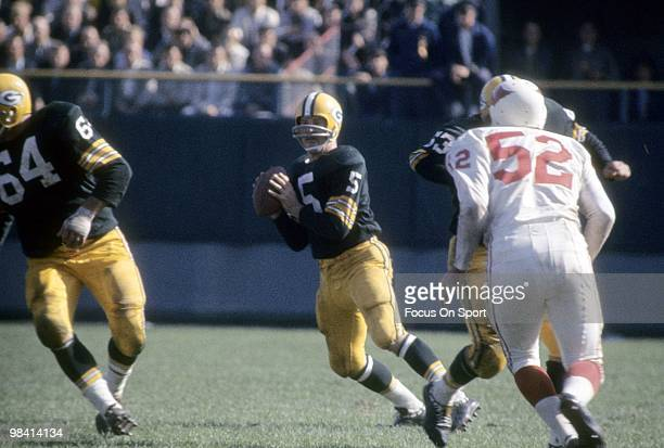 S: running back Paul Hornung of the Green Bay Packers is back to throws a pass against the St. Louis Cardinals circa early 1960's during an NFL...