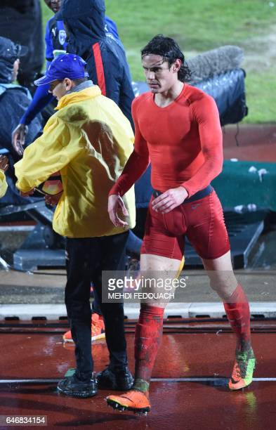 PSG's Urugayan forward Edinson Cavani leaves the pitch after handing his jersey and shorts after the French Cup footbal match Niort vs PSG on March 1...