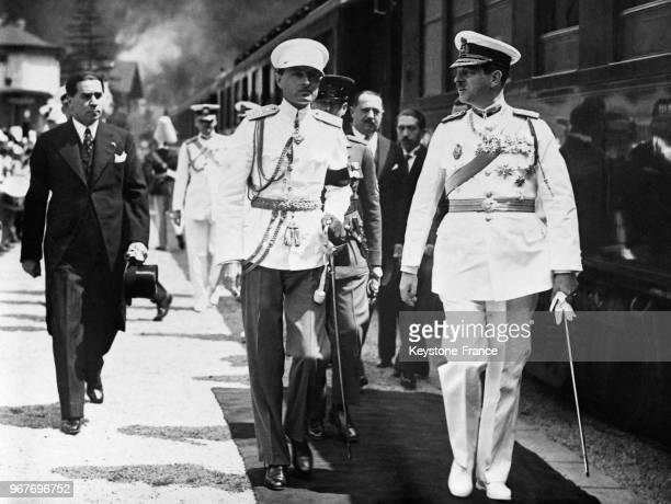 A sa descente du train en gare de Sinaia le PrinceRégent Paul de Yougoslavie au centre est reçu par le roi Carol de Roumanie et par Georges Tatarescu...