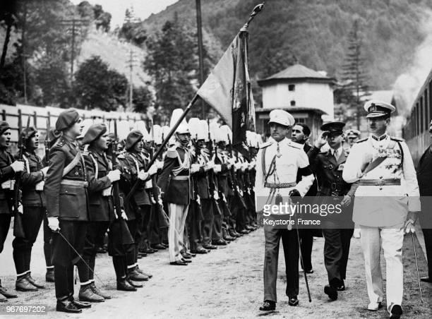 A sa descente du train en gare de Sinaia le PrinceRégent Paul de Yougoslavie et le roi Carol de Roumanie passent en revue les troupes derrière le...
