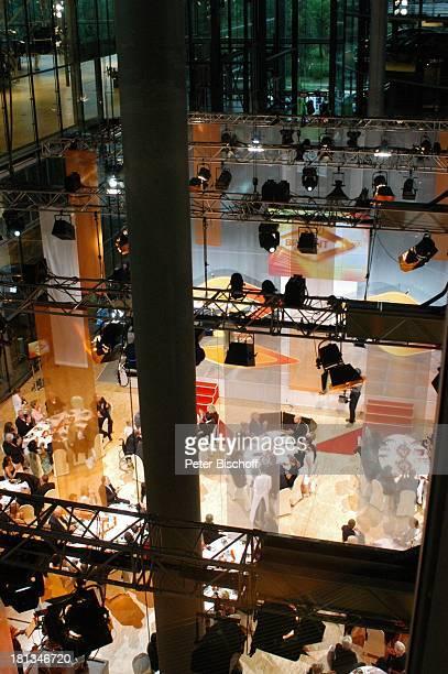 Saal mit Gästen voben ARD/MDR Verleihung Medienpreis Brisant Brillant Gläserne Manufaktur Dresden Deutschland ProdNr 1183/2006 gedeckte Tische Glas...