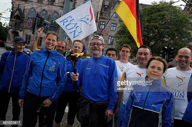Saarbrücken Die Europastaffel des PeaceRun 2014 erreichte am Mittwochabend in strömendem Regen die Saarländische Landeshauptstadt 10 Läufer kamen von...