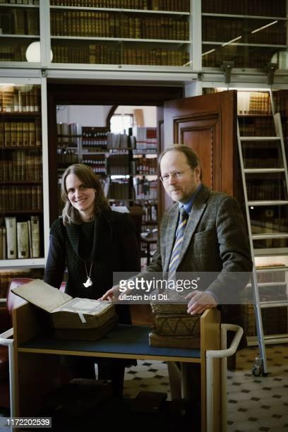 Sabina Lüdemann und Dr Axel Halle von der Murhardschen Bibliothek in Kassel haben die Rabinerbibliothek des Landrabis Isaac Prager gehoben einen...