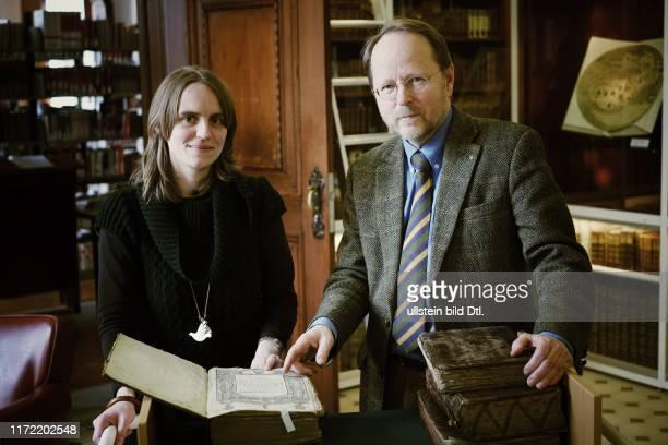 Sabina Lüdemann und Dr. Axel Halle von der Murhardschen Bibliothek in Kassel haben die Rabinerbibliothek des Landrabis Isaac Prager gehoben - einen...