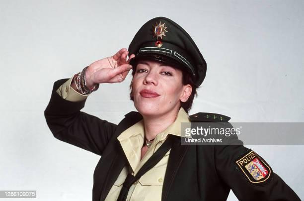 Sabine Berger verläßt das Revier für immer, sie will mit ihrem Verlobten nach München ziehen. Als ihre Nachfolgerin soll Polizeiobermeisterin...