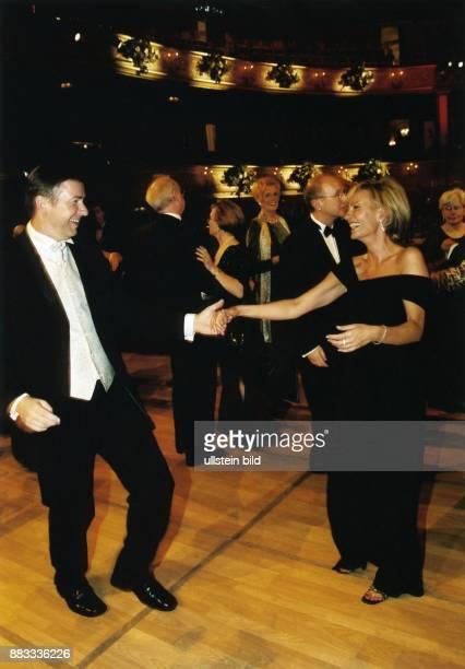 Sabine Christiansen * Journalistin Moderatorin Nachrichtensprecherin D tanzt mit Klaus Wowereit Regierender Bürgermeister von Berlin auf dem Berliner...