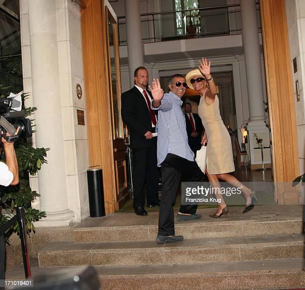 Sabine Christiansen Und Ehemann Norbert Medus Bei Der Hochzeit Von Udo Walz Und Carsten Thamm Im Japanischen Garten Im Hotel Brandenburger Hof In...