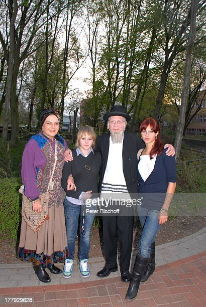 Sabine SchmidtKirchner Ehemann Gernot Endemann seine Tochter Marine Endemann Tochter Alicia Endemann vor MusicalAufführung Tournee 'Anatevka' Syke...