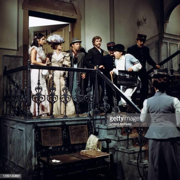 Sabine von Maydell, Loni von Friedl, Ernst Meincke, Joachim Ansorge und Walter Kohut mit Polizisten auf der Treppe in Ein Klotz am Bein, Regie:...