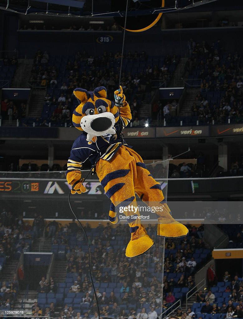 sabretooth-repels-from-the-catwalk-befor