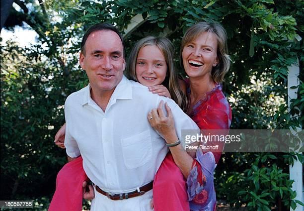 Sabrina Fox, Ehemann Richard Fox, Tochter;Julia Fox, Garten, Los Angeles/USA/Nord;Amerika, auf dem Rücken tragen, Hucke;Pack, umarmen,