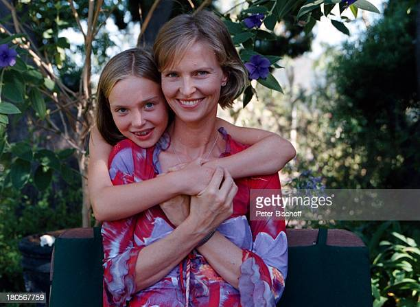 Sabrina Fox, Tochter Julia Fox, Garten,;Los Angeles/USA/Nord Amerika, umarmen, in;den Arm nehmen,