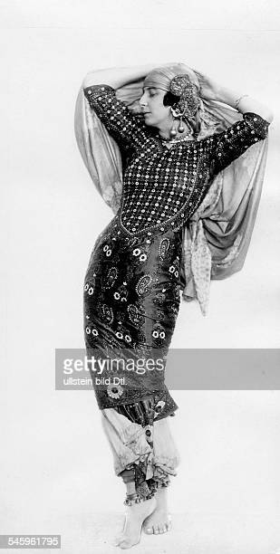 Sacchetto Rita Dancer Actress Germany*15011880nee Margaritha Sacchetto after married Countess Zamoysky fullfigure portrait ca 1922 Photographer Franz...