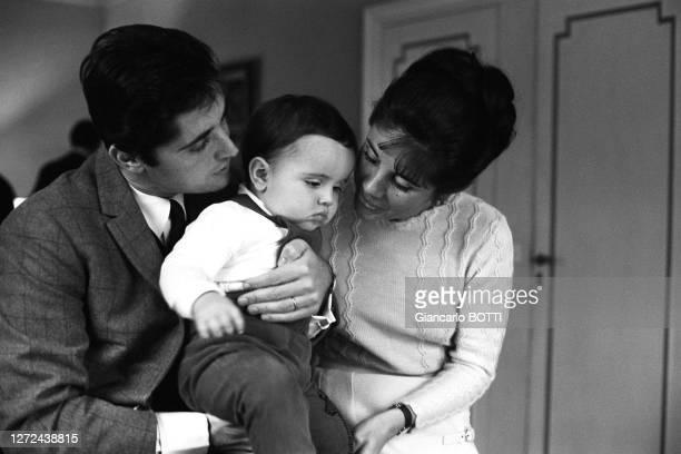 Sacha Distel avec sa femme Francine et leur fils Laurent dans leur maison du square du docteur Blanche, en 1965.