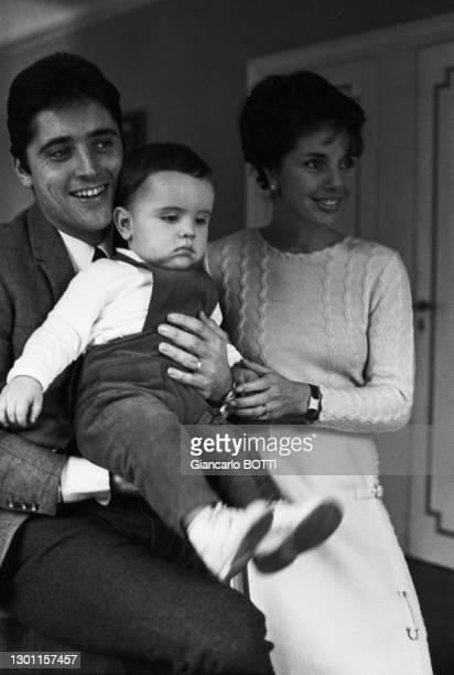 Sacha Distel avec sa femme Francine et leur fils Laurent dans leur maison du square du docteur Blanche à Paris en décembre 1965, France