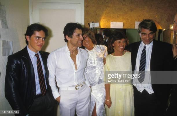 Sacha Distel avec son épouse Francine son fils Julien et les acteurs Luc Merenda et Chantal Nobel dans sa loge à l'Olympia le 23 avril 1985 à Paris...