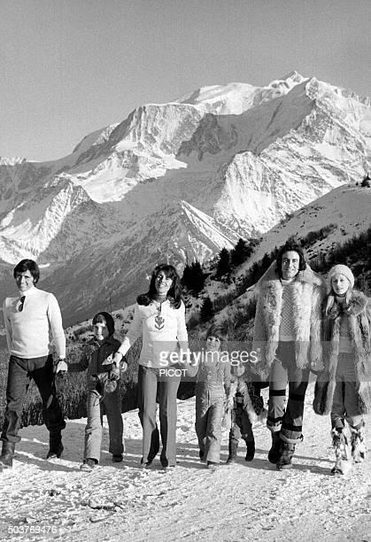 Sacha Distel en famille avec sa femme Francine et ses fils Laurent et Julien et avec également Michel Delpech et sa famille en vacances aux sports...