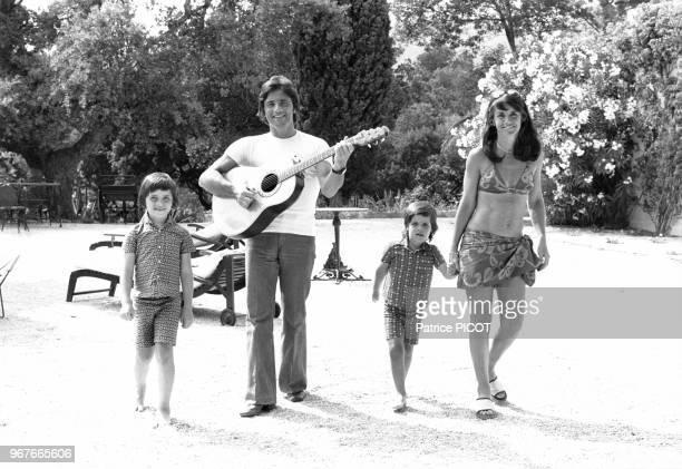 Sacha Distel en vacances avec sa femme Francine et leurs enfants Julien et Laurent le 13 juillet 1972 France