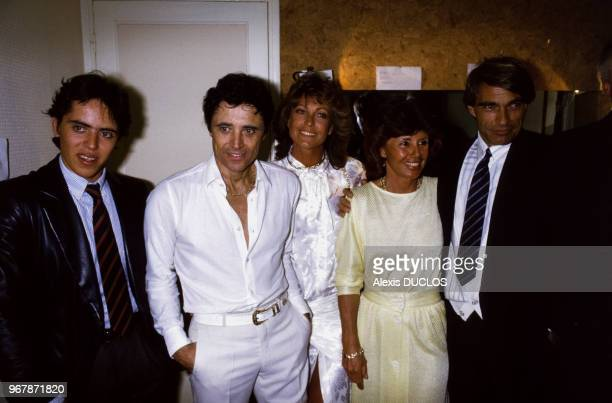 Sacha Distel entouré de son épouse Francine son fils Laurent et de Chantal Nobel et Luc Merenda le 23 avril 1985 à Paris France