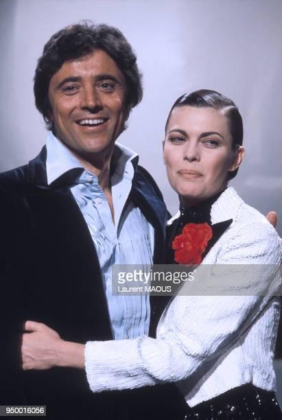 Sacha Distel et Mireille Mathieu dans une émission de télévision en mars 1977 à Paris, France.