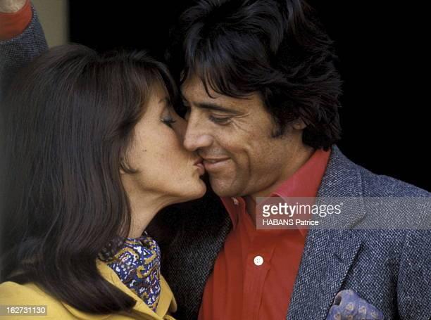 Sacha Distel In London Sacha DISTEL à LONDRES pour son émission télé 'Le Sacha Show' avec son épouse Francine BREAUD l''embrassant sur la joue