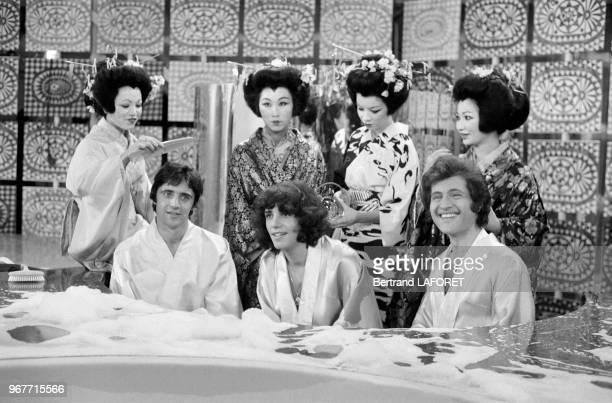 Sacha Distel Julien Clerc et Joe Dassin et quatre geishas dans une émission de télévision le 25 novembre 1970 à Paris France
