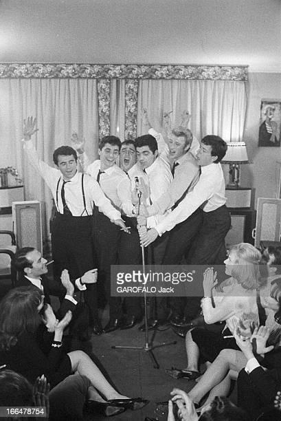 Sacha Distel Prepare Christmas With His Friends Paris 21 décembre 1962 Sacha DISTEL dans son hôtel particulier Square du DocteurBlanche Avant son...