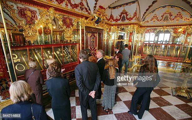 Sachsen Dresden Besucher während der Eröffnung des Grünen Gewölbes hier im Juwelenzimmer