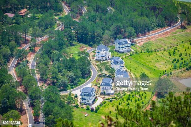 sacom villa is famous of dalat, vietnam when viewed from the top of pinhat mountain. - formato de alta definição - fotografias e filmes do acervo
