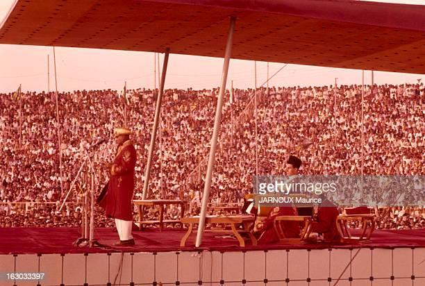 Sacrament Of Karim Aga Khan In Karachi 28 Janvier 1958 sur un trone tournant afin qu'il puisse faire face à l'arène Karim AGA KHAN reçoit les...