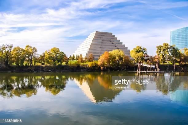 sacramento river reflection - pyramid building - ziggurat foto e immagini stock