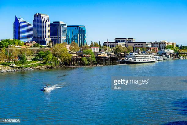 sacramento river, riverfront and downtown skyline - california stockfoto's en -beelden