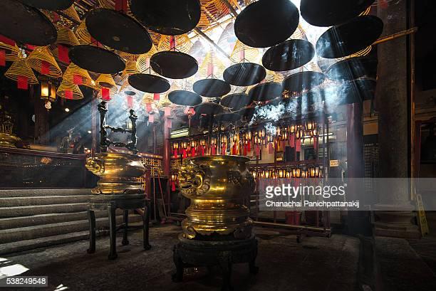 sacred space in man mo temple, hong kong - man motempel stockfoto's en -beelden