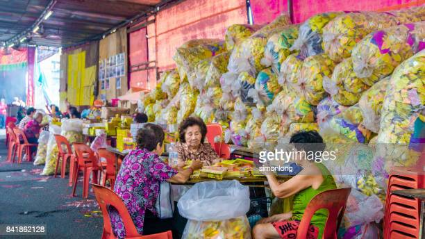 sacrifices for the hungry ghost festival - hungry ghost festivals in malaysia foto e immagini stock