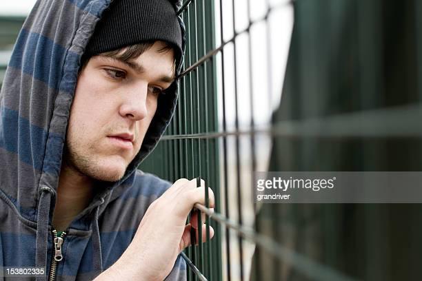 悲しい怒っている若い男性