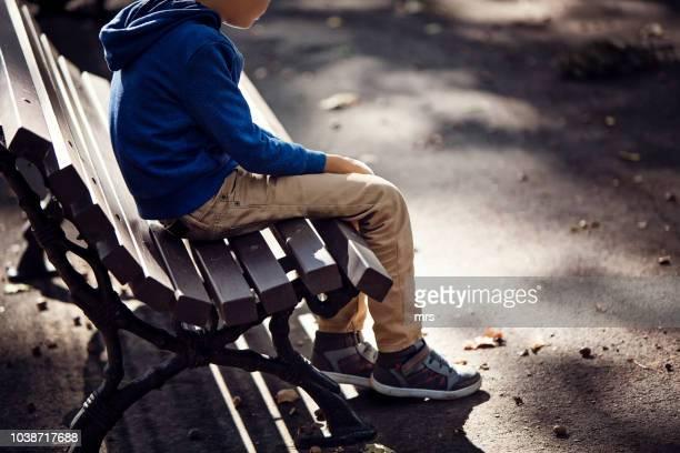 sad boy - solitario foto e immagini stock