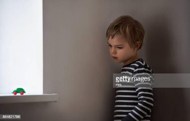 sad boy - autismo - fotografias e filmes do acervo
