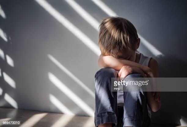 sad boy - depressie verdriet stockfoto's en -beelden